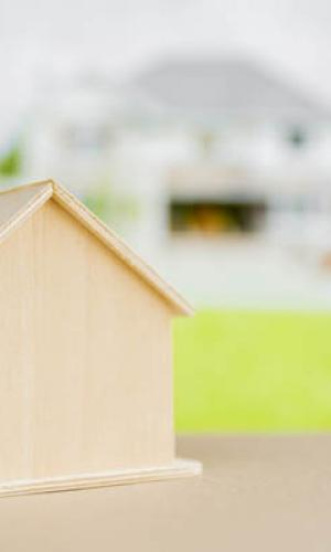 El ayuntamiento de Cabana inicia la mejora de las viviendas sociales municipales de la localidad