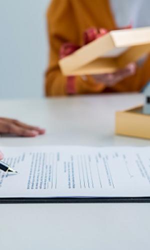 Ángeles Vázquez firma la orden de aprobación del primer Plan General de Ordenación Municipal de Ribadavia
